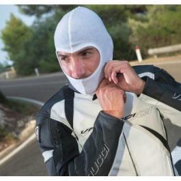 Moto kukla pod helmu biela